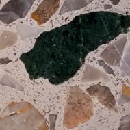 Terazzo-Bodenplatte mit asbesthaltigemSerpentinit-Einschluss